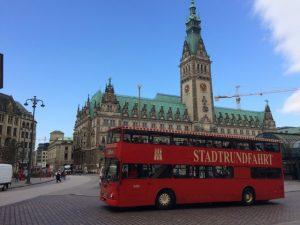 Doppeldecker Bus und Rathaus... mehr Hamburg geht kaum auf einem Bild