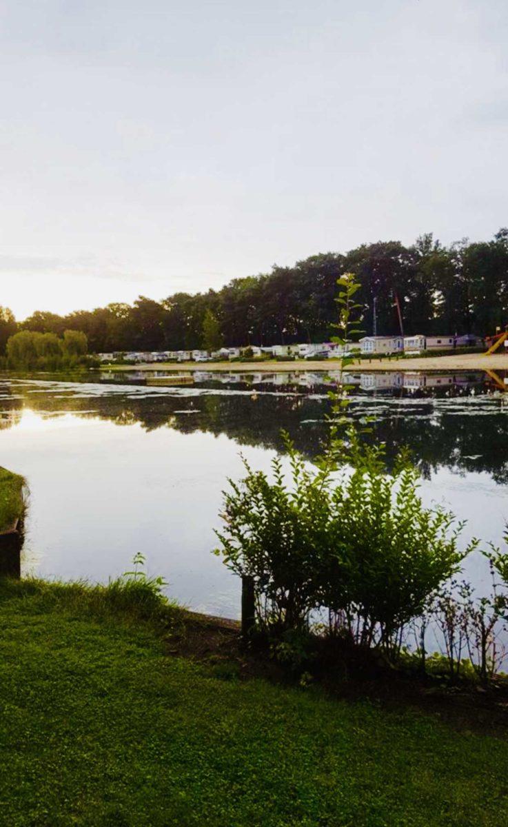 Camping an einem See in Belgien