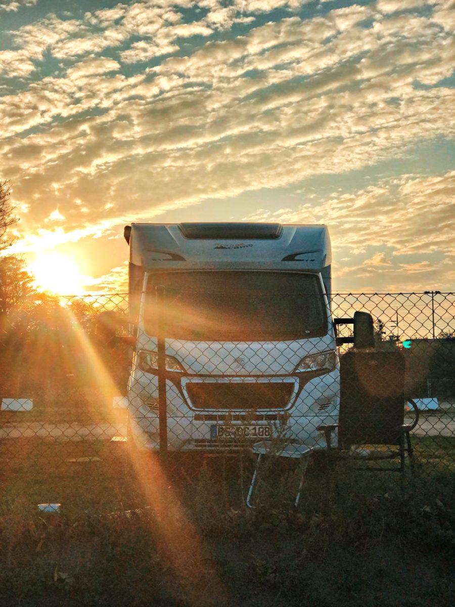 Vanlife Frau allein Camping Frau