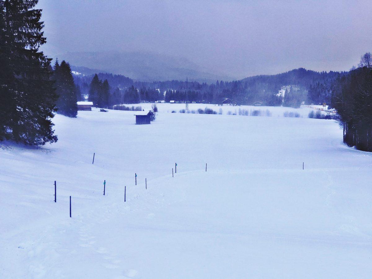 Schnee in den Bergen beim Camping