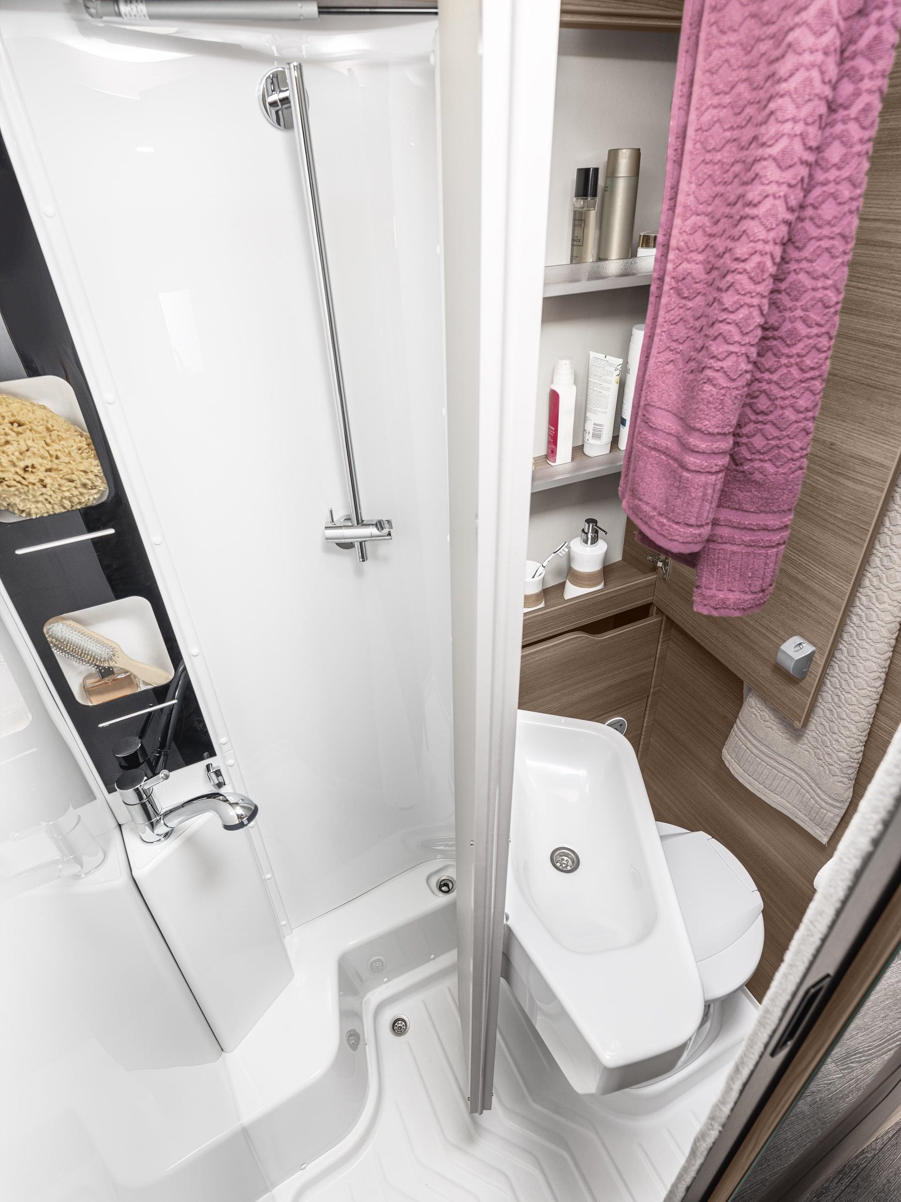 Die Klapp-Rückwand im Bad des VAN TI 650 MEG