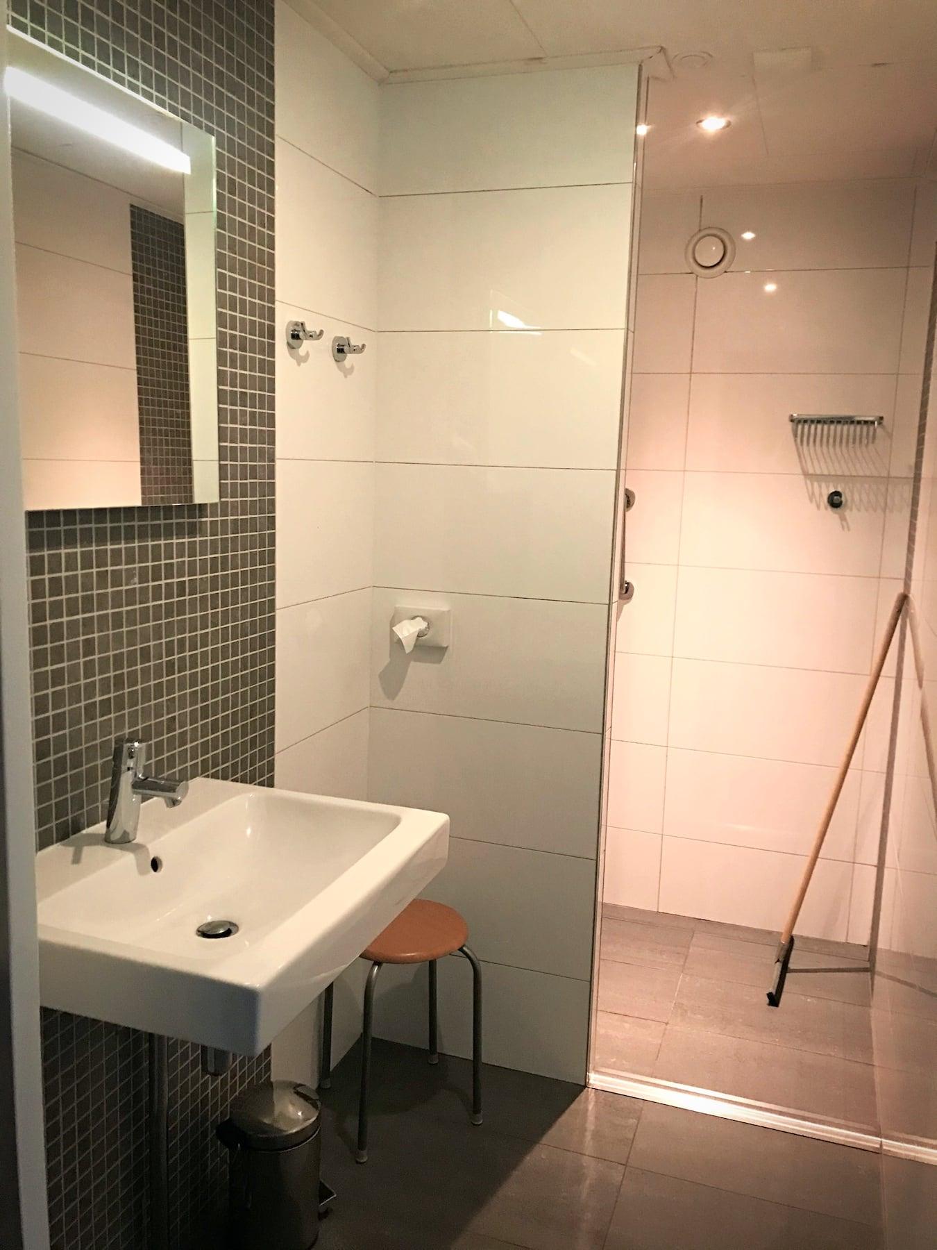 Stellplatz mit Toiletten und Duschen